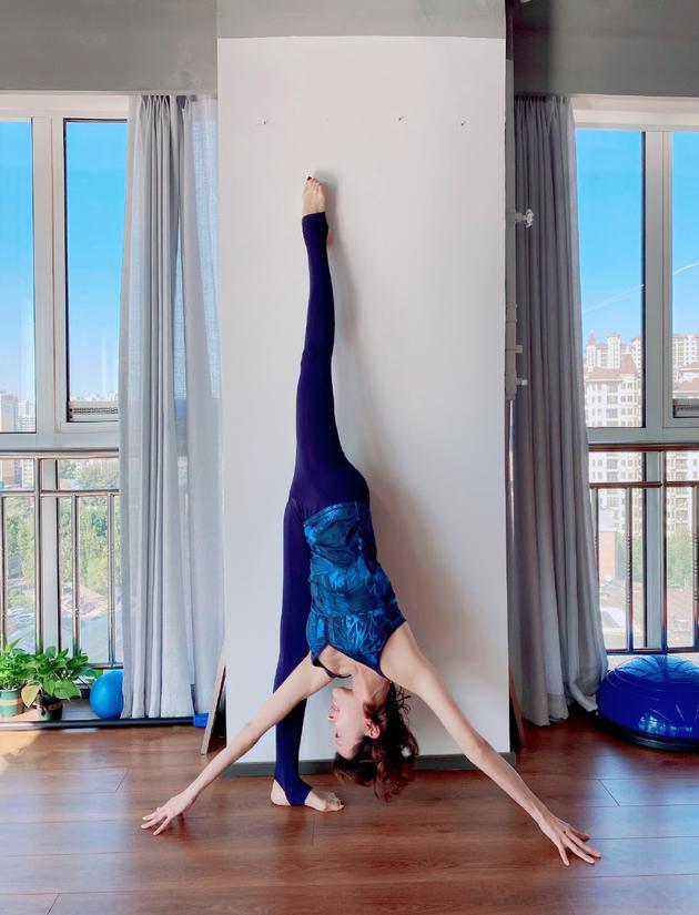 45岁金巧巧身体坚持太好了!晒倒立瑜伽照引热议