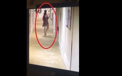 某女性進入房間