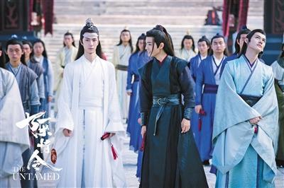 王一博(左)、肖战(右)分别饰演蓝忘机和魏无羡。