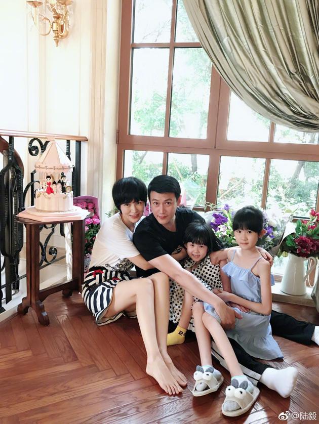 陆毅携一双女儿为老婆庆生 温馨甜蜜满屏大长腿