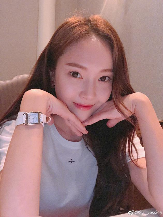 Jessica雙手托腮清純又可愛