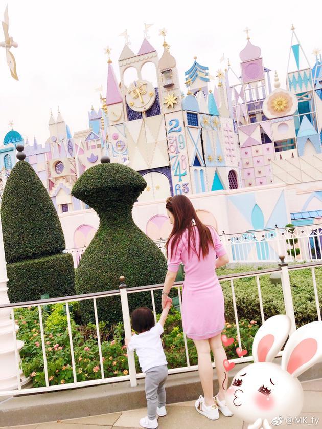 陪妻子方媛与女儿外出游玩。