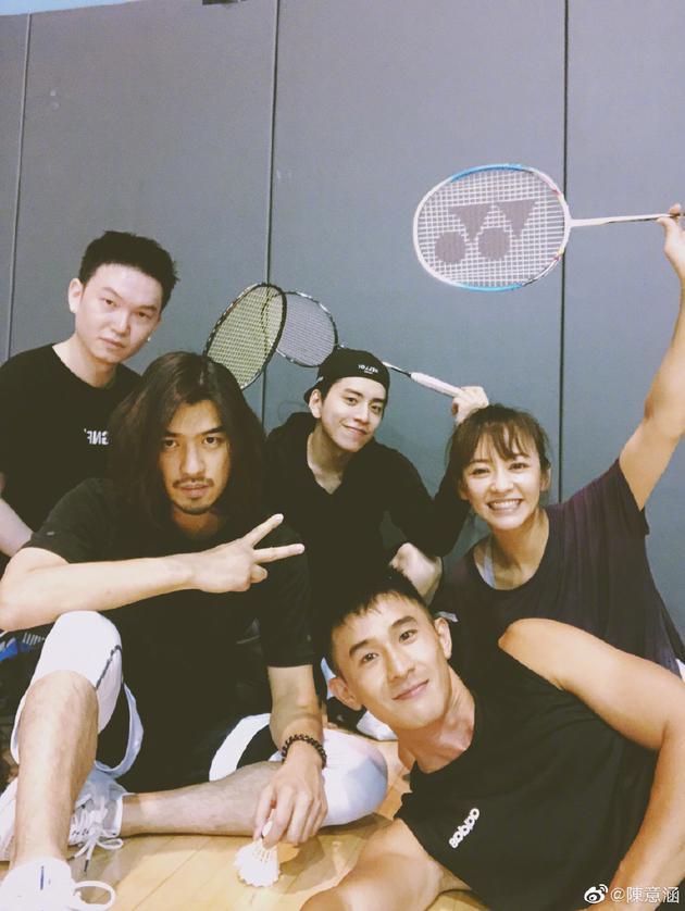 王大陆和好友打羽毛球