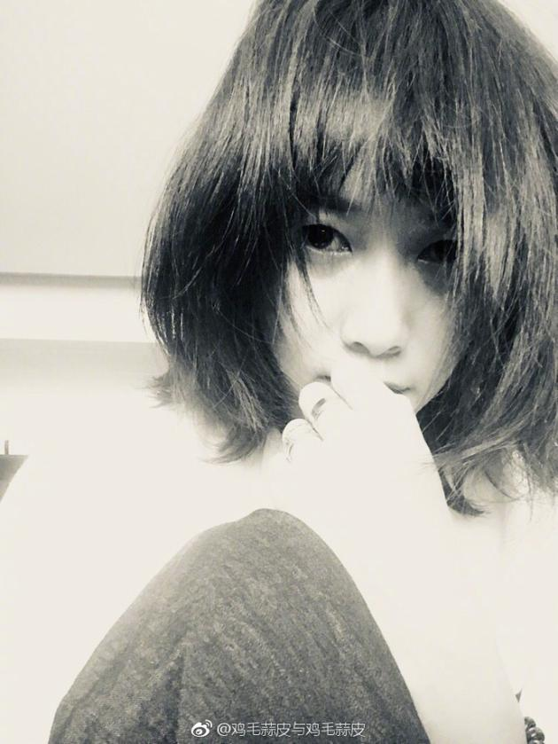 徐静蕾自剪短发被赞洋气 左手无名指戒指很抢镜图片