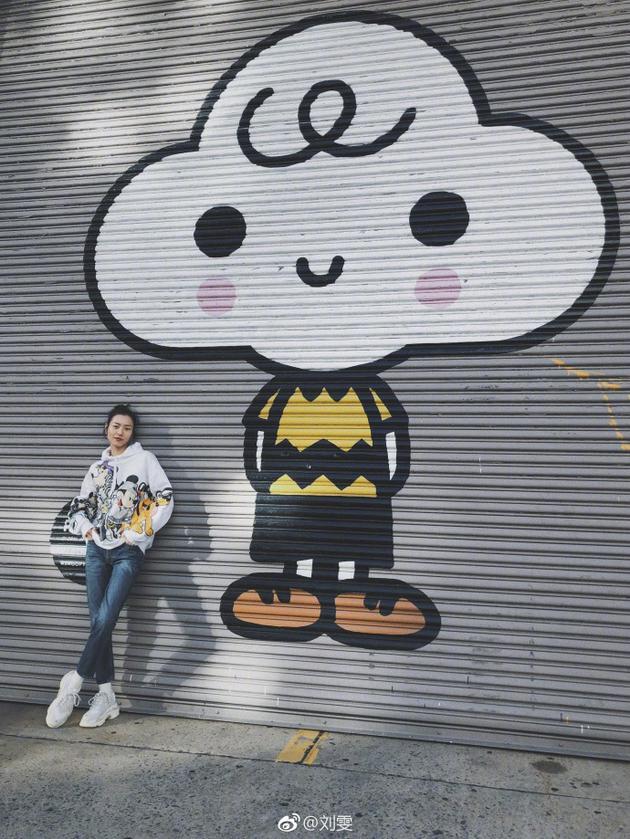 刘雯穿卡通卫衣与涂鸦合影