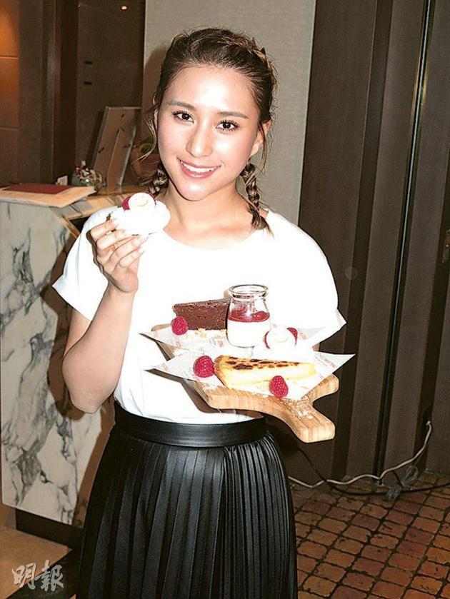 何超莲跟酒店名厨配相符推出甜品拼盘套餐,作筹款之用。