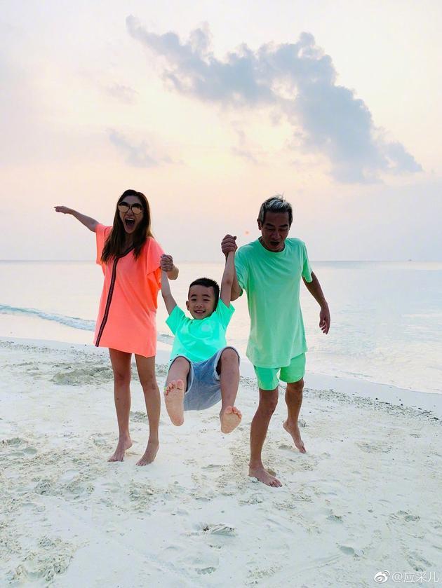 陳小春一家在海邊度假玩的超開心。