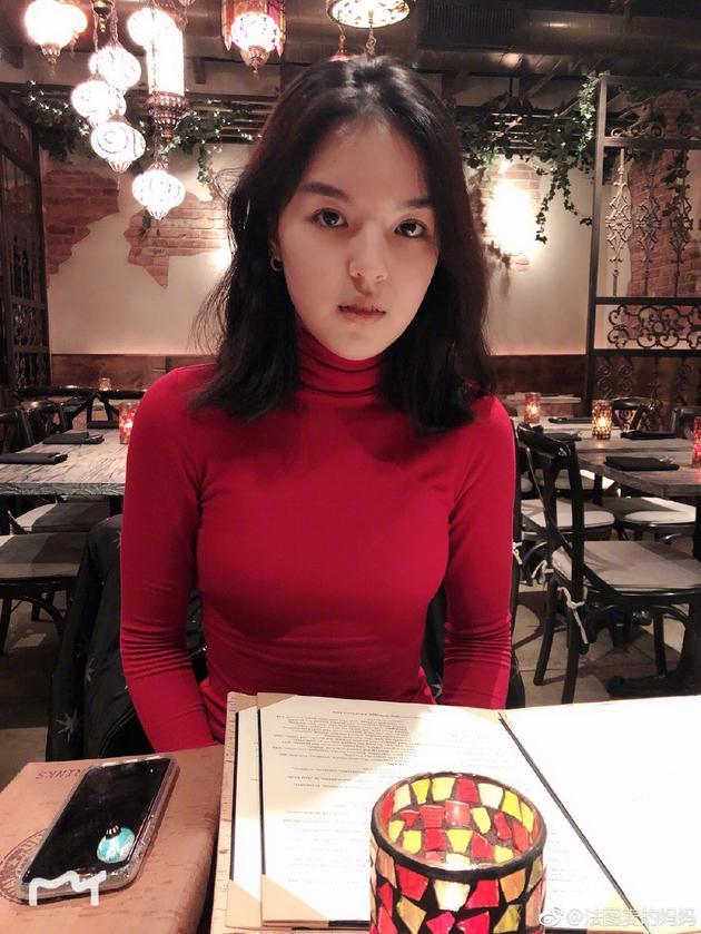 """李咏16岁女儿考驾照一次过 被妈妈哈文称""""女神"""""""