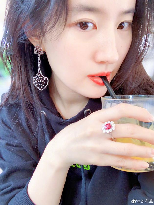刘亦菲晒跳舞视频看不清人影 网友:放弃滤镜好吗