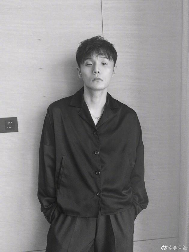 李荣浩慵懒风造型出镜自曝从游戏语音学rap