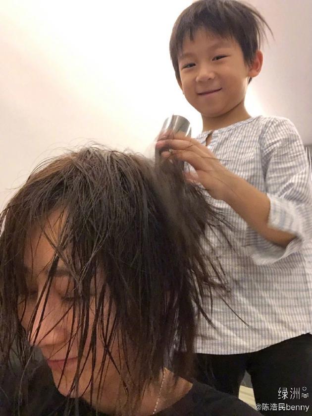 陈浩民儿子为蒋丽莎吹头发
