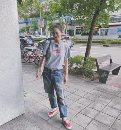 王棠云穿余文乐做的裤子秀恩爱 正面照看不出孕肚