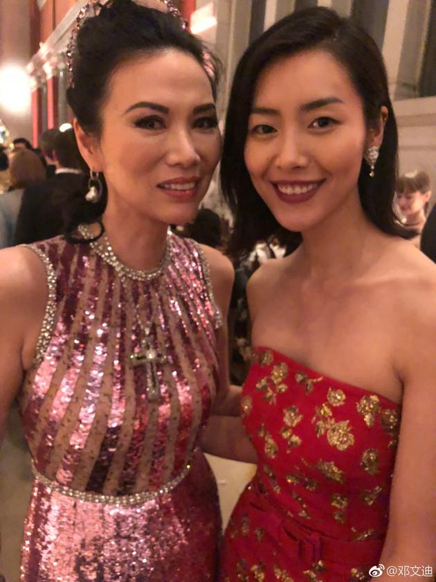 49岁邓文迪与超模刘雯孙菲菲合影 气质优雅不输阵