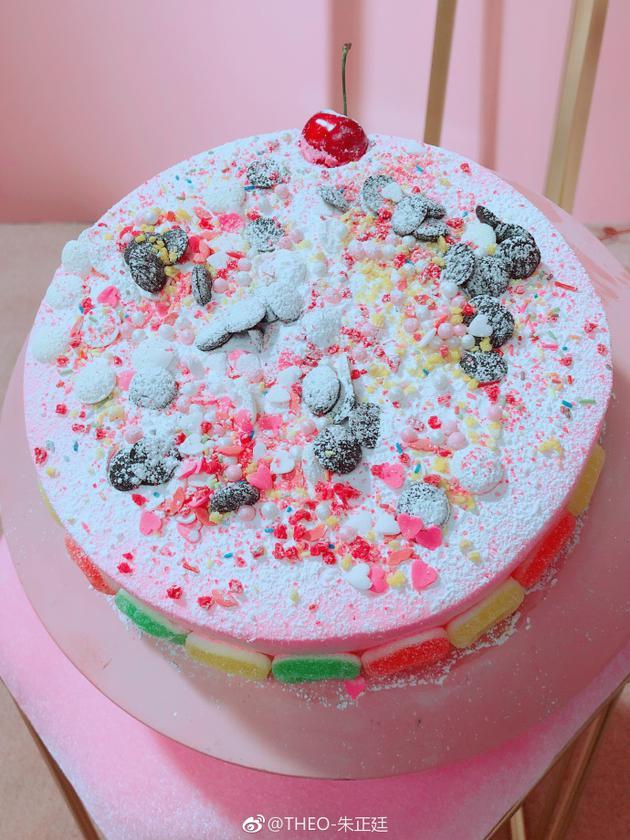 朱正廷晒自己做的奶油蛋糕