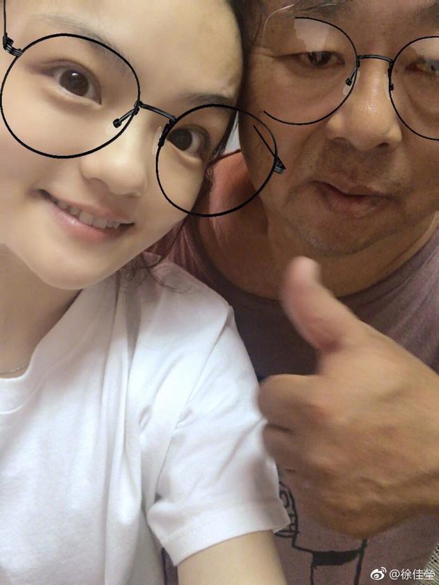 徐佳莹和老爸合影