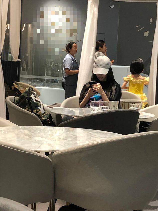 网友偶遇baby带小海绵用餐