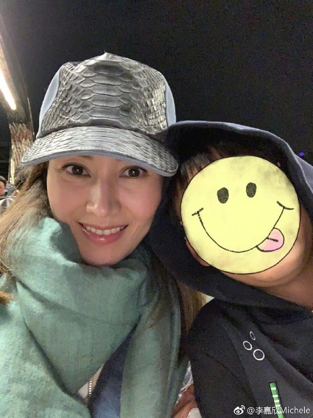 李嘉欣与爱子合影笑容甜 母子俩pose很甜这细节有谁注意到了