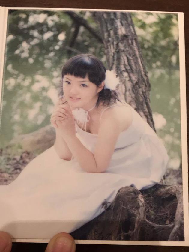 徐佳莹十几岁时拍的婚纱照。