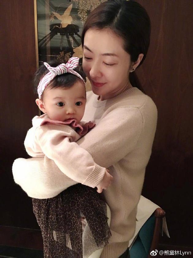 熊黛林抱女儿
