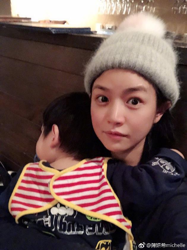 陈妍希抱着儿子相符影