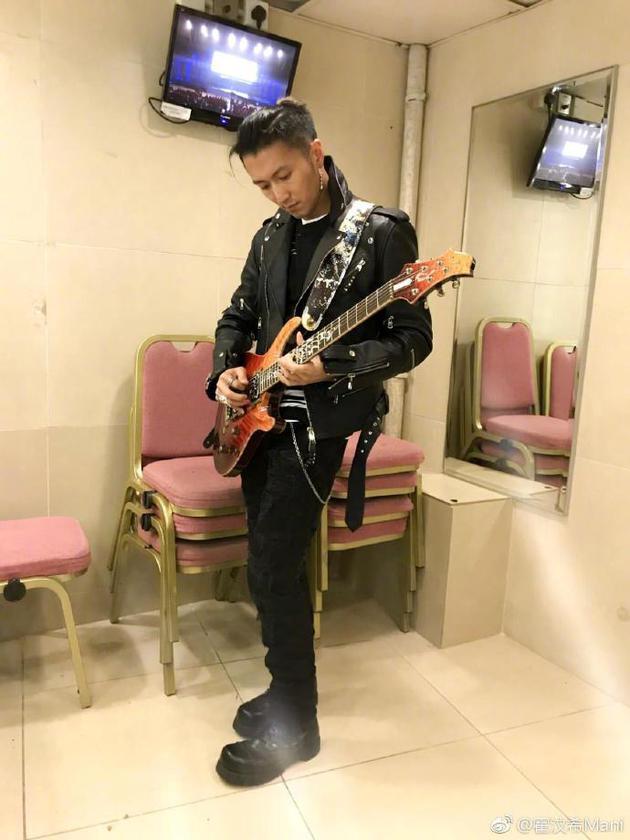 謝霆鋒彈吉他帥照