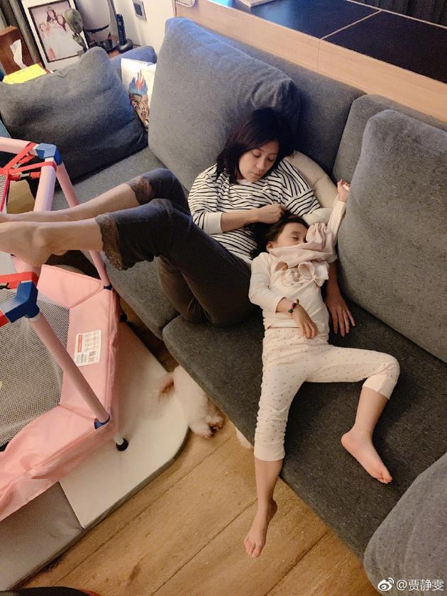 贾静雯与咘咘睡照