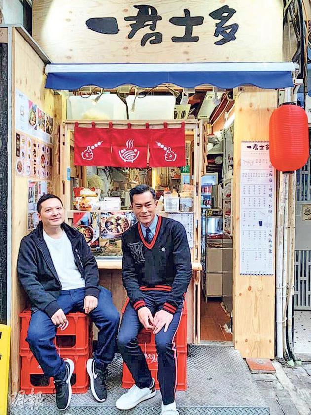天乐(右)光顾邓一君(左)的车仔面店,两人在店外闲坐拍照留念。