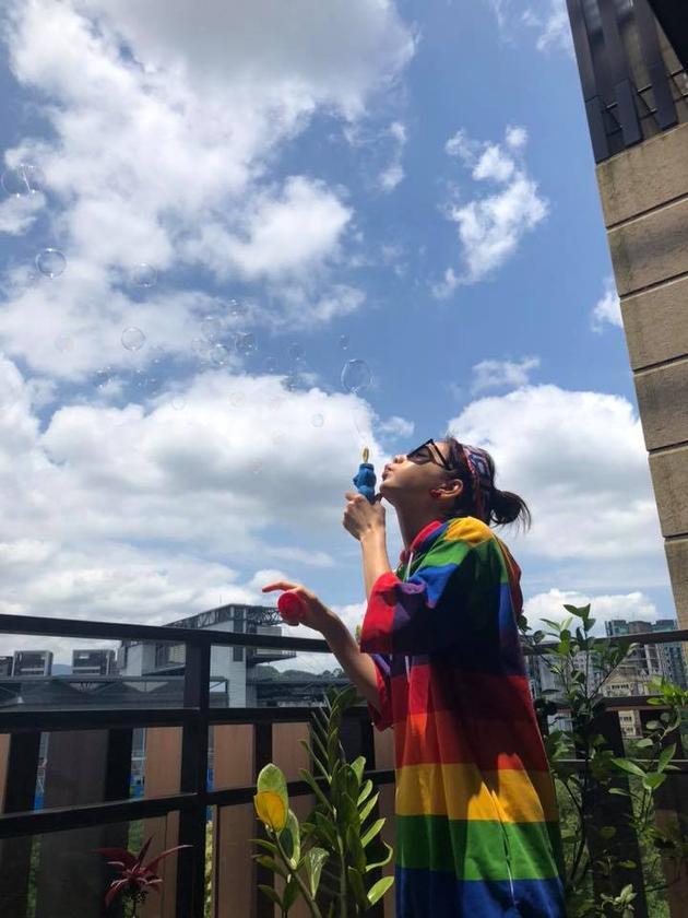 Ella特地穿上彩虹的衣服,開心地吹著泡泡。