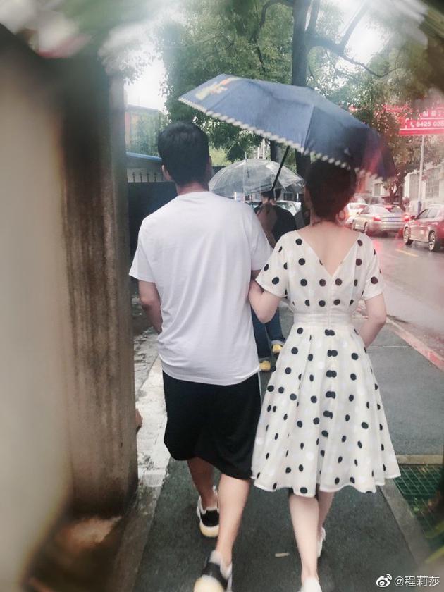 程莉莎晒和郭晓冬背影照 甜蜜喊话老公:你逃不掉