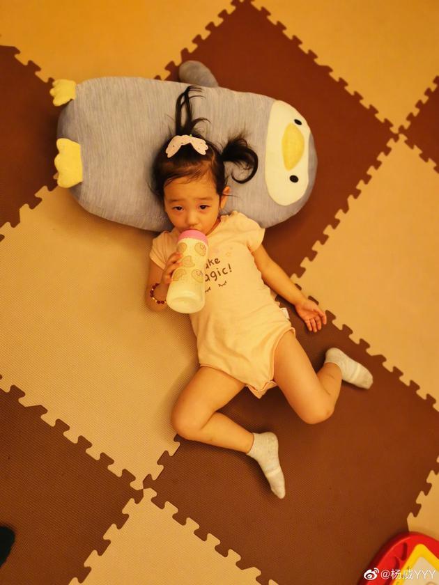 杨威晒双胞胎女儿喝奶照 一个可爱一个豪爽大不同