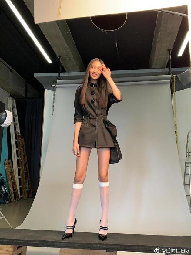 任达华女儿开微博晒花絮照 一双大长腿让人惊叹!