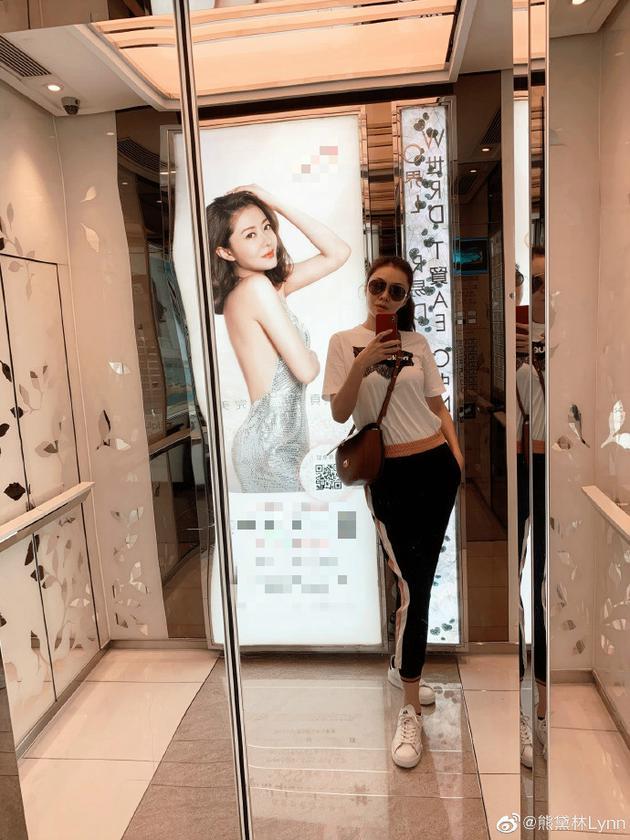 辣妈熊黛林运动装休闲出街 电梯偶遇自己大夸美女