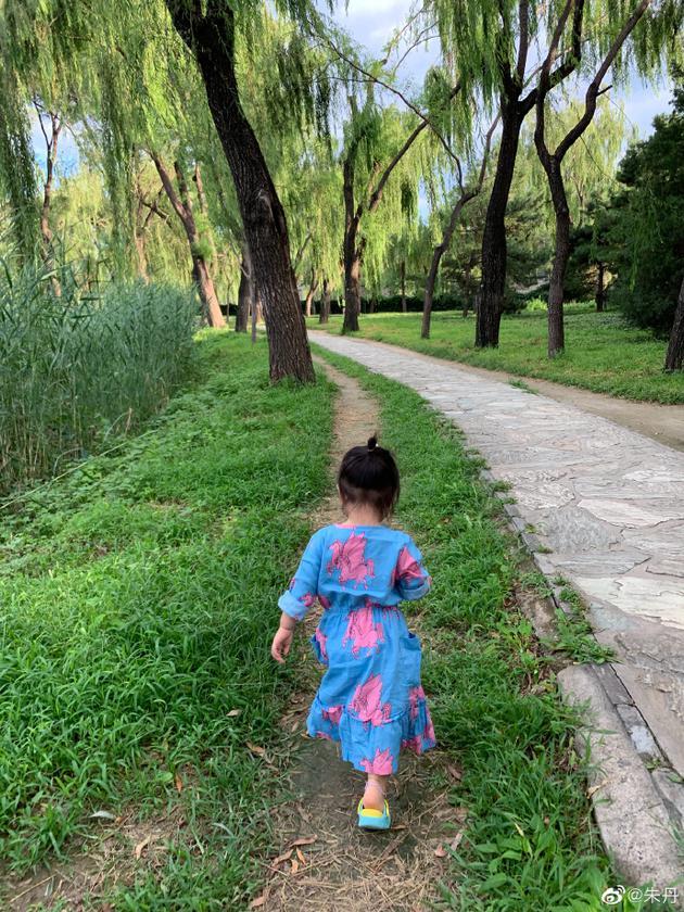 朱丹晒一家三口逛公园背影照 小小丹跑姿软萌可爱