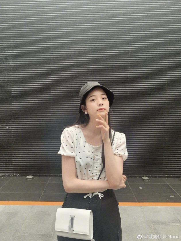 """欧阳娜娜武汉音乐会向粉丝打招呼 两次均遭""""无视""""图片"""