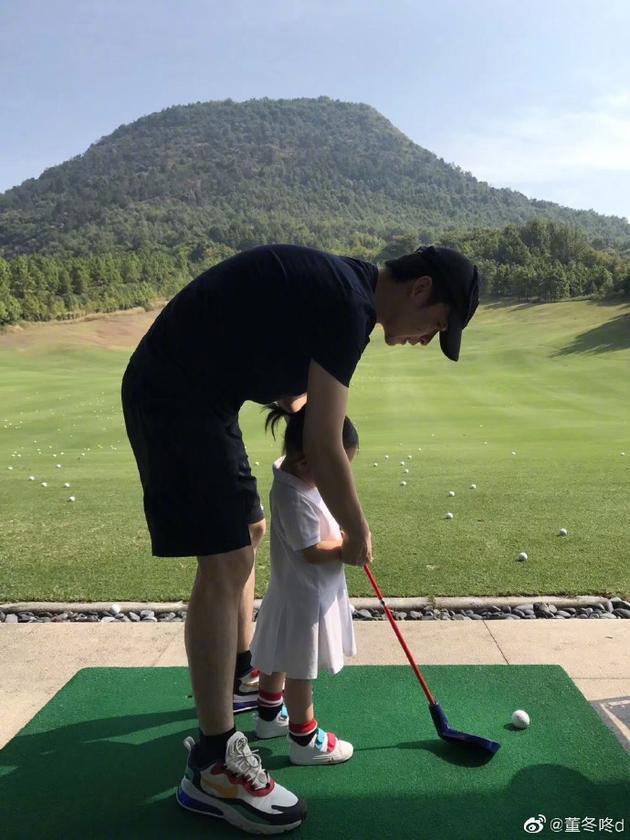 董子健教女儿打高尔夫 自称服务优质获五星好评