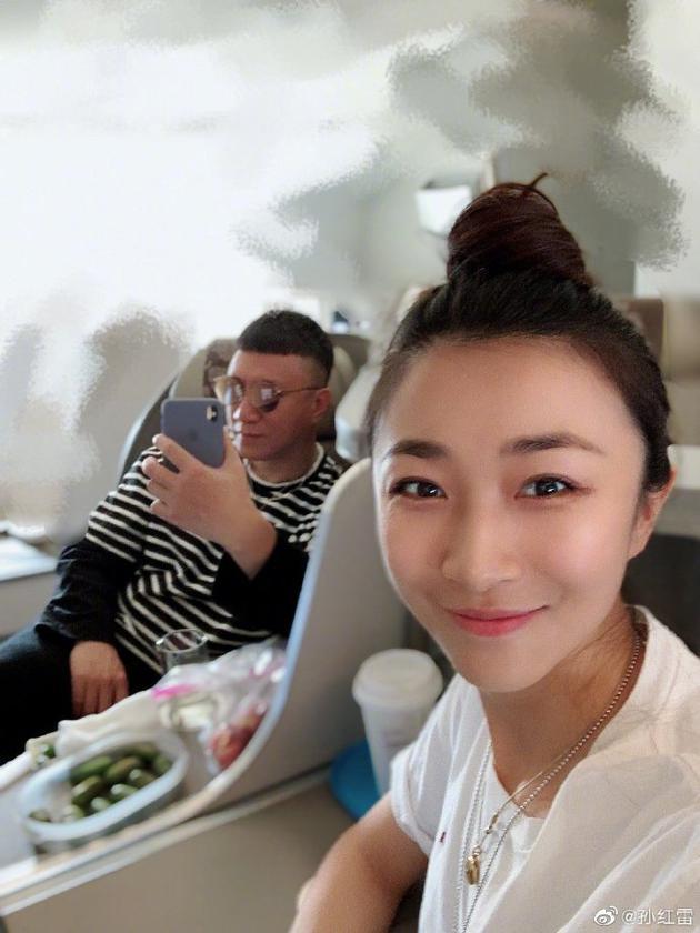孙红雷晒与娇妻自拍合影 网友:还是熟悉的颜王