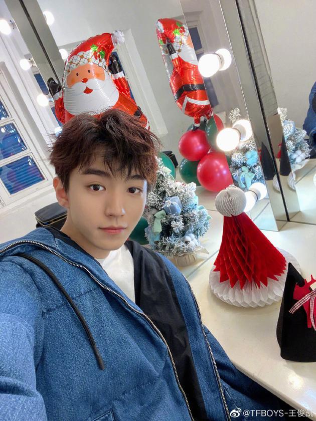 王俊凯圣诞自拍