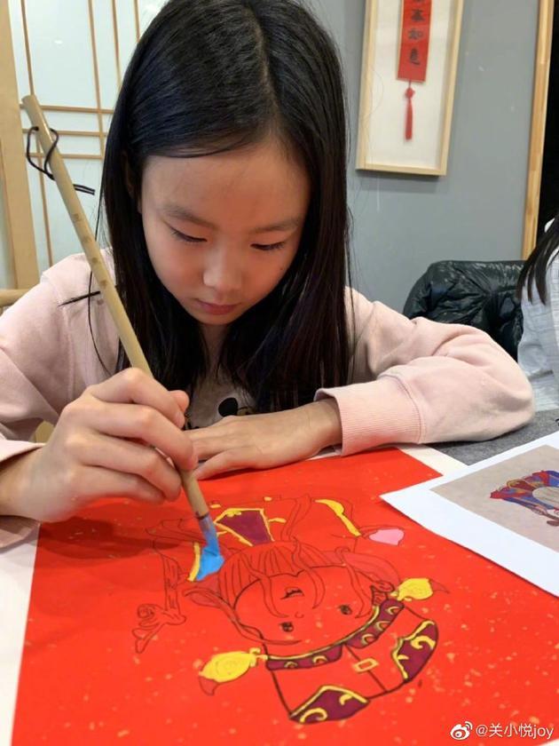 关悦女儿画年画