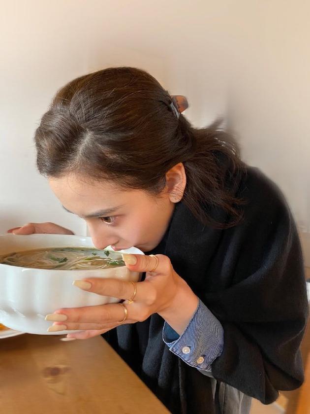 宋祖儿喝汤