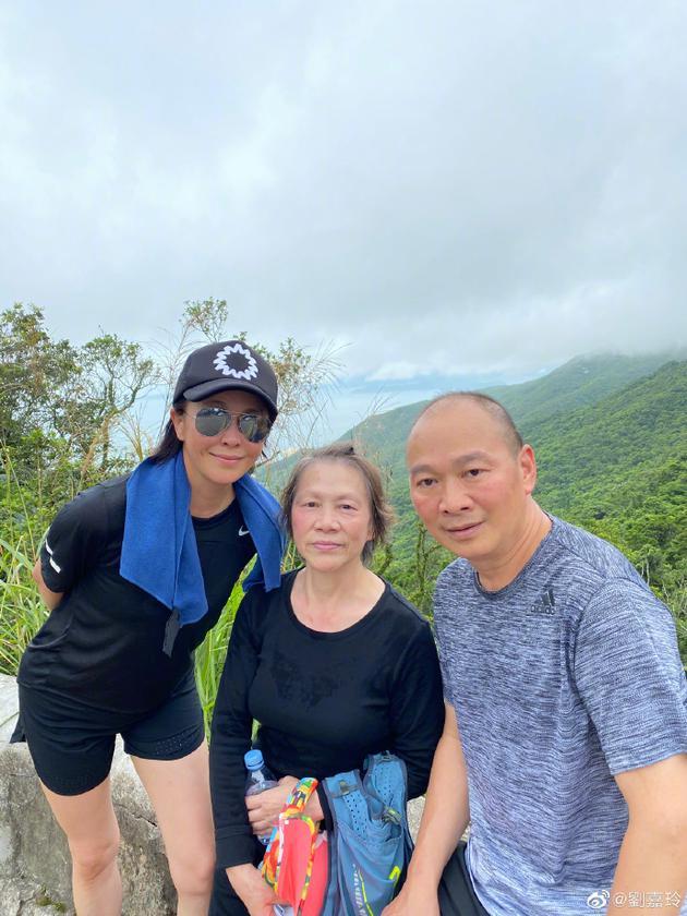刘嘉玲与家人登山