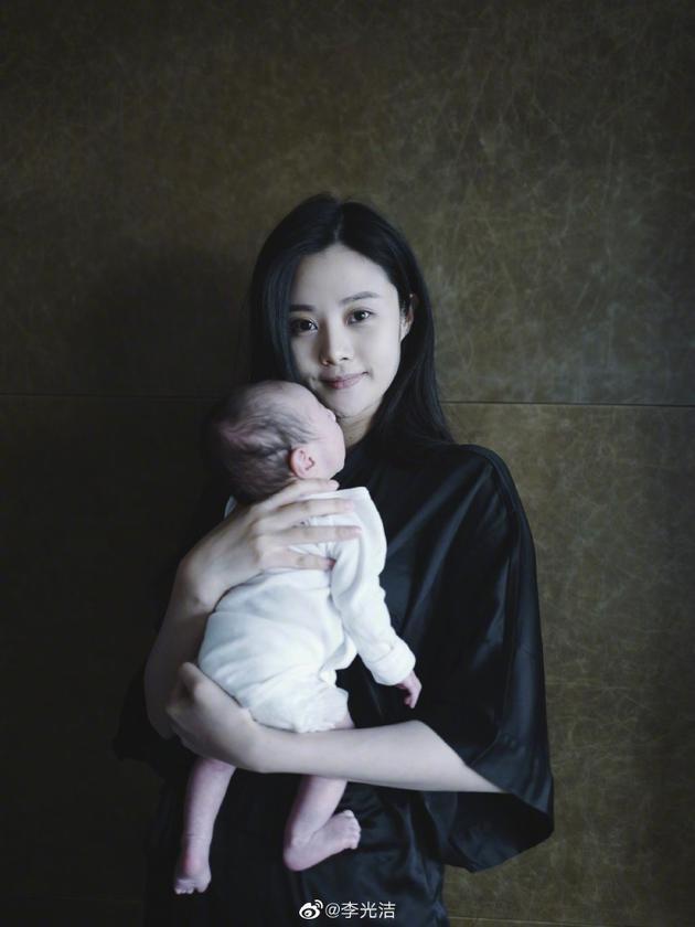 李光洁妻子怀抱宝宝