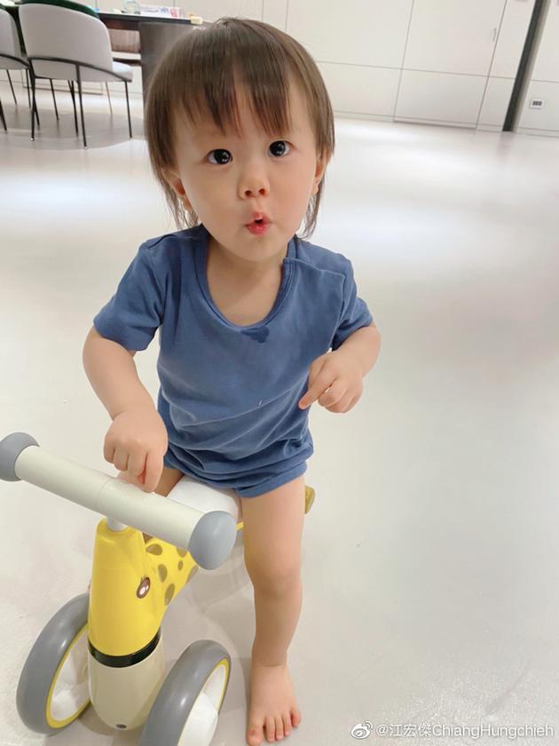 江宏杰晒儿子照片