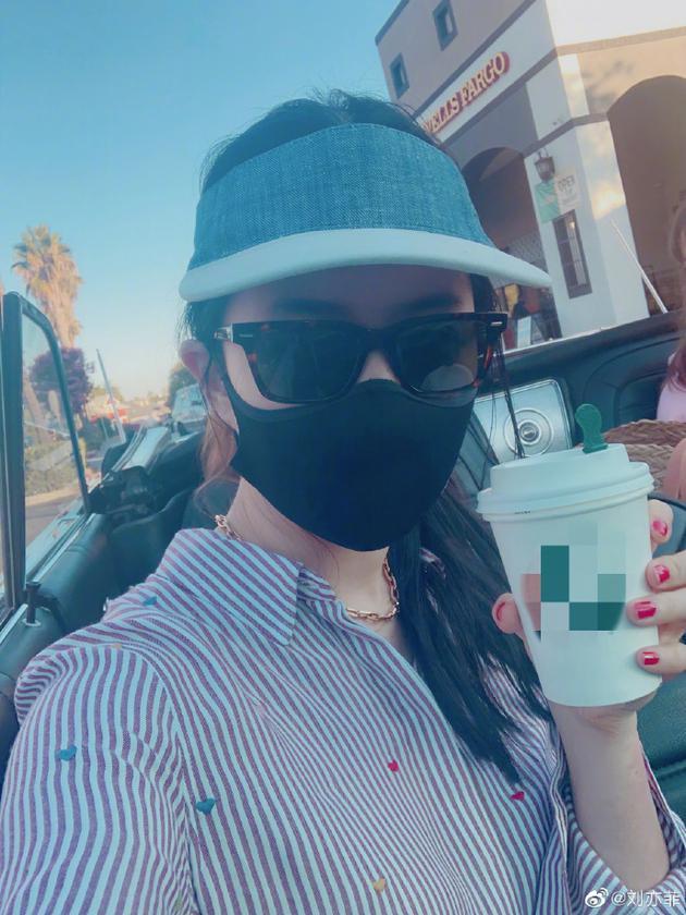 刘亦菲坐敞篷跑车兜风带感粉丝贴心提醒戴好口罩