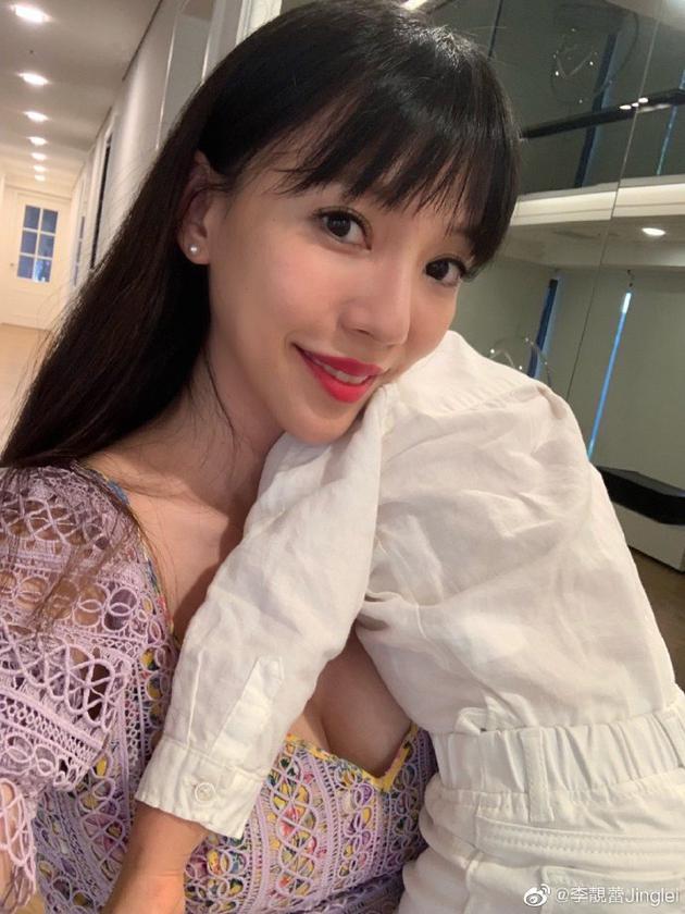 王力宏老婆李靓蕾晒儿子黏人照 穿低胸裙性感火辣