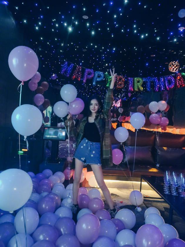 杨幂生日派对布满气球梦幻浪漫 伸手比耶长腿吸睛