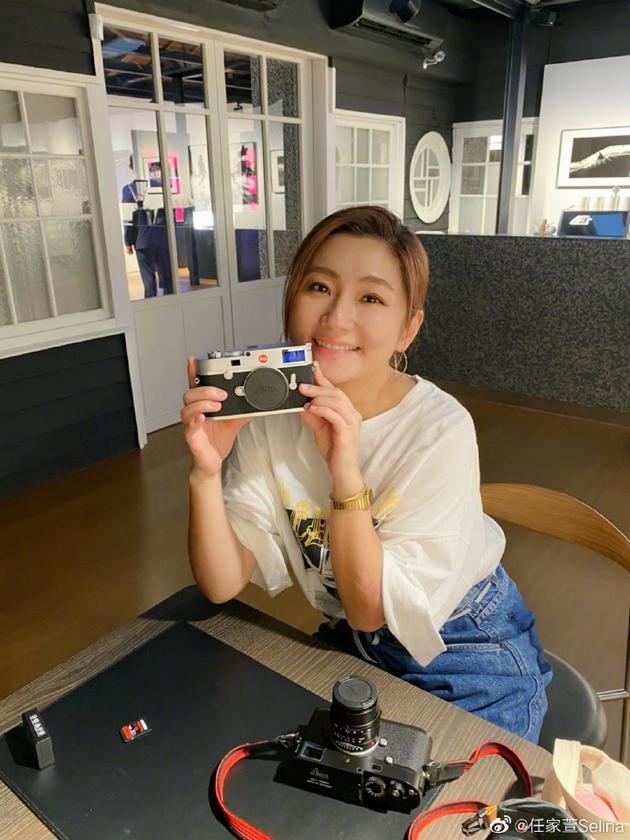 """Selina生日前收到妈妈送的相机 高呼""""摄影万岁"""""""
