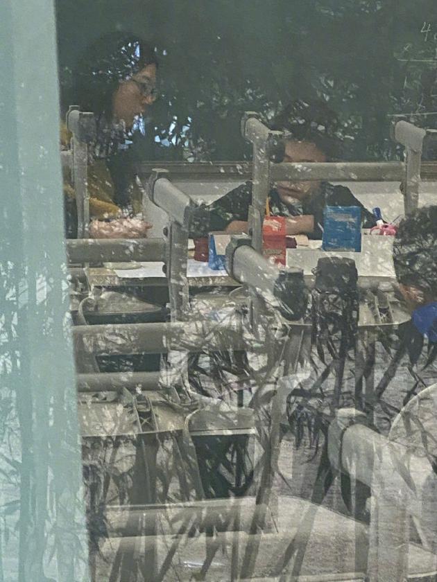 刘烨接诺一下学在窗外偷拍 自侃拍出狗仔队即视感