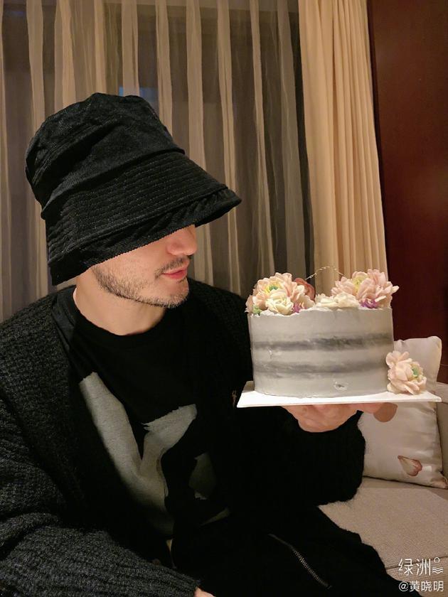 黄晓明绿洲提前庆生 手捧粉丝送的蛋糕胡茬明显