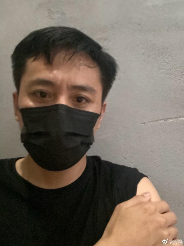 """刘烨接种疫苗晒自拍照 骄傲自夸""""我都没哭"""""""