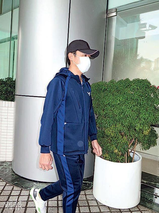 梁朝伟明地(11月24日)衣着流动服及摘着帽、心罩前去养战探病。